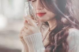صور بنات ذو شعر ناعم ترتدى ملابس جميلة ونظارة شمس صور صور حب