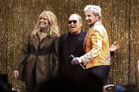 Michael Kors throws a '70s bash with Barry Manilow on stage