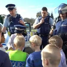 Nino Invita A La Policia A Su Fiesta De Cumpleanos Y Recibe El Mas