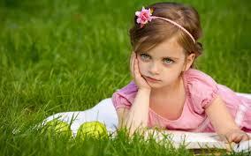 طفلة حزينة في حزن بالشكل ده صباح الورد