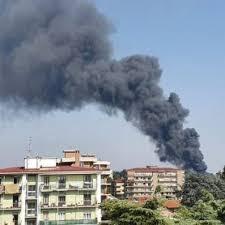 Gallarate, vasto incendio in azienda chimica e alta colonna di ...