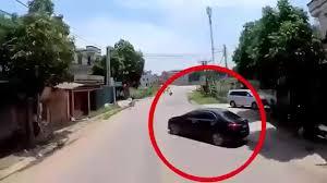 Tránh ô tô con quay đầu tuỳ hứng, xe container suýt gây tai nạn ...