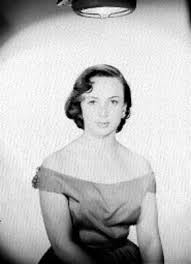 Adriana Roel sentada de frente con brazos en el regazo y vestido de escote  amplio, retrato | Mediateca INAH