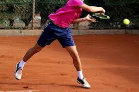 ヨーロッパのコーチがテニスの練習中に、ジュニア選手に何度も ...