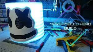 Building The Ultimate Marshmallow Headشخص اجنبي يبني خوذت مارشميلو