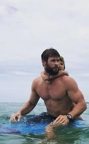 Chris Hemsworth fa surf con la figlia in Australia: foto e video