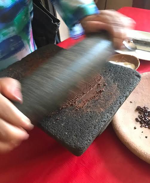 moliendo cacao en un metate