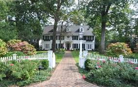 27 Beautiful White Fence Ideas To Add Curb Appeal To Your Home