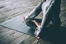 یوگا چیست؟ 13 حرکت موثر در یوگا (فواید و ضررهای یوگا) | کوئیک فیت