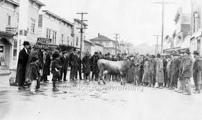 """Photo 1939 Spruce Street, Myrtle Point, Oregon """"Crowd - Judging Cattle""""    eBay"""