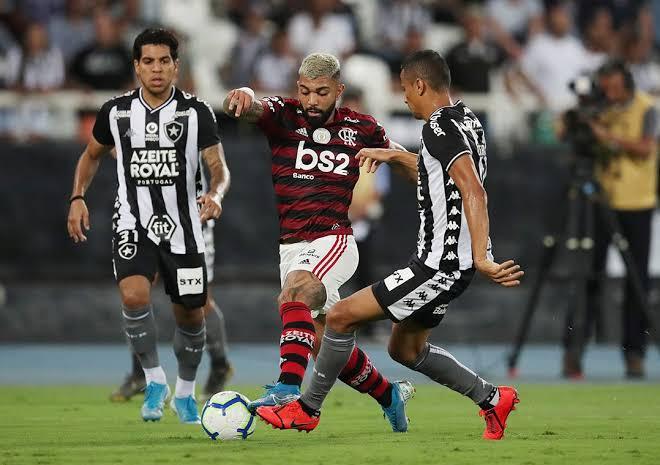 """Resultado de imagem para Em clássico quente, Flamengo vence Botafogo com gol no fim"""""""