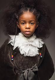البنات السود يهزن شعرهن الطبيعي في تبادل لإطلاق النار مستوحى من