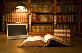 ورق الجدران الصفحة مصباح وكمبيوتر محمول مكتبة الكتب