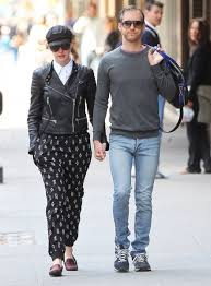 Anne Hathaway, Adam Shulman - Anne Hathaway and Adam Shulman Photos - Anne  Hathaway & Adam Shulman Out for a Stroll in NYC - Zimbio