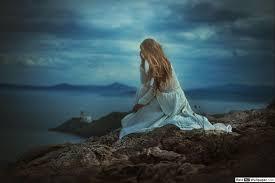 فتاة حزينة يجلس على صخرة تنزيل خلفية Hd