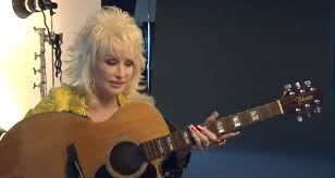 how does dolly parton play guitar with