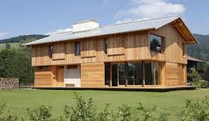 belle maison bois traditionnelle avec