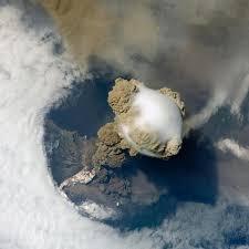 Erupción de un volcán vista desde la Estación Espacial ...