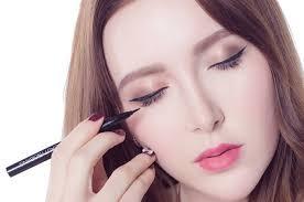 memakai eyeliner untuk mata sipit