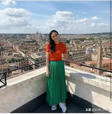 Ms. Deng Wendi, who is riding the wind and waves, has become a hot topic  again because of her live show. Although she is 52 years old, her dress  style is very