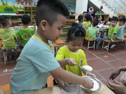 Các bé lớp mẫu giáo B1, B4, C1 làm bánh tặng bà và mẹ ...