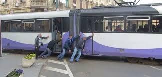VIDEO SENZATIONAL! Tramvai impins de calatori la Timisoara pentru ca