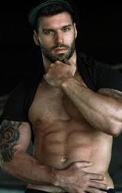 Брутальный спортивный парень с бородкой