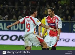 Siviglia è Luca Cigarini (L) celebratres suo 1-0 con Martin Caceres (R)  durante UEFA Europa League gruppo J corrisponde il Borussia Dortmund vs  Sevilla FC al Signal Iduna Park Stadium di Dortmund,