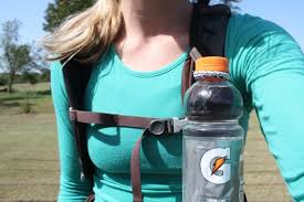 2 hairbands make for a simple water bottle holder