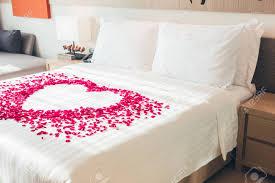 Weißes Kissen Und Red Rose Blume Auf Dem Bett Dekoration Im