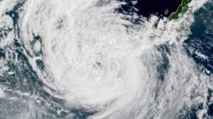 ญี่ปุ่นระทึก พายุโซนร้อนอันตราย 'กรอซา' มาแล้ว ยกเลิกเที่ยวบินนับพัน (คลิป)