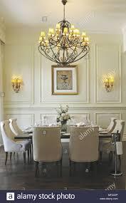 Kronleuchter über Tisch Und Stühle Im Traditionellen Stil