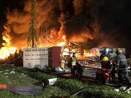 เร่งดับไฟไหม้โรงงานกิ่งแก้ว ผงะสารเคมีเหลืออีก 30 ตัน - เดลินิวส์