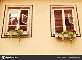 Fenster Mit Blumen Auf Der Fensterbank Außen Stockfoto Stopabox