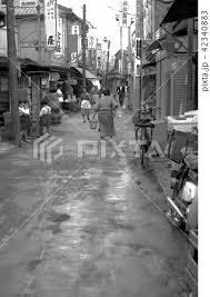 商店街 モノクロ 白黒の写真素材 Pixta