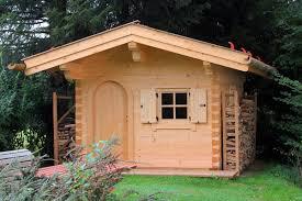 Gartenblockhaus aus Rundstämmen oder Vierkantbalken bauen