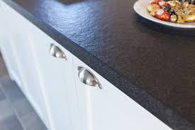 Moderne aber auch rustikale Küche im Landhaus Design in weiß mit