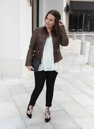 texas fashion bloggers wears a fall outfit idea with brown leather jacket and black skinny jeans