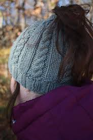 Ponytail Hat Knitting Pattern Cool Free Knitting Pattern For Riva Messy Bun Hat This Cable Ponytail