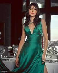 مريم حسين ترقص بدلع في بداية العام وفستانها المكشوف يُثير الجدل - النخبة