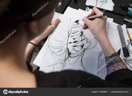 эскиз девушка тату девушка татуировка художник рисует эскиз