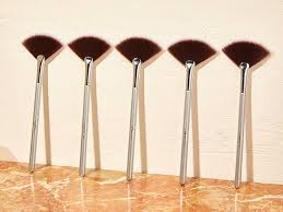 10 ways to use a fan makeup brush