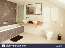 Kachelofen Gerahmte Spiegel über Weiße Schüssel Becken Auf