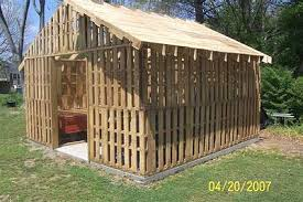 pallet building plans. ken hoh of walton, ky. has used pallets for some years now as a building material. he just finished the chicken coup shown below and is planning foot pallet plans