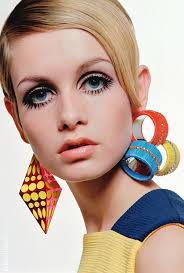 we all know that our twiggy is an iconic model of the 60 s her doe eyes and freckled face keep people staring her eye make up will forever be an