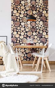 Tisch Mit Stühlen Und Tapete Stockfoto Photographeeeu