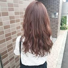 ピンクブラウンのヘアカラーでモテ髪色っぽ愛されヘアの秘密に迫る