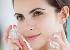 untuk mencegah keluarnya minyak cobalah untuk mengoleskan es batu di muka