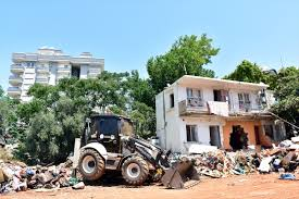 Antalya'da bir evden 40 kamyon çöp çıktı
