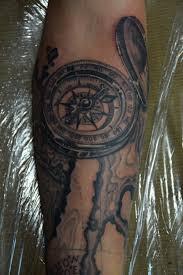 татуировка черно белая морская на руке татуировка в камне компас